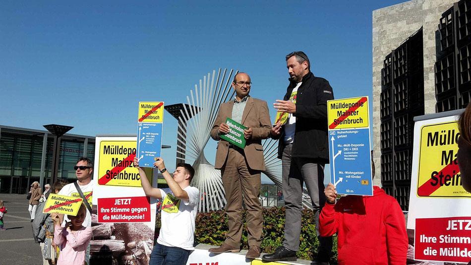 ca. 100 Müllgegner haben heute auf dem Rathausplatz gegen die geplante Mülldeponie im Mainzer Steinbruch demonstriert.