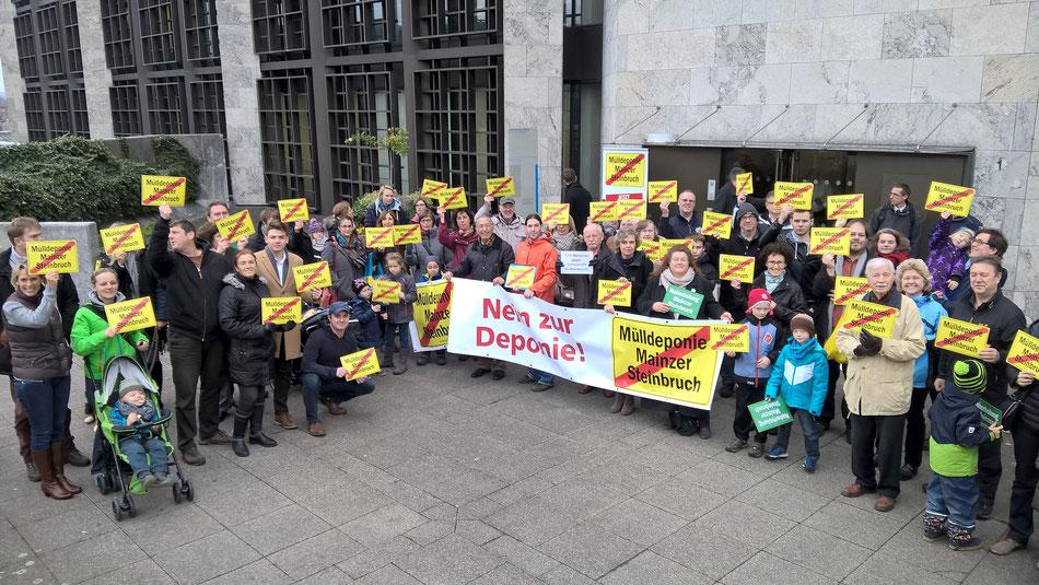 Über 60 Müllgegner haben heute auf dem Rathausplatz gegen die geplante Mülldeponie im Mainzer Steinbruch demonstriert.