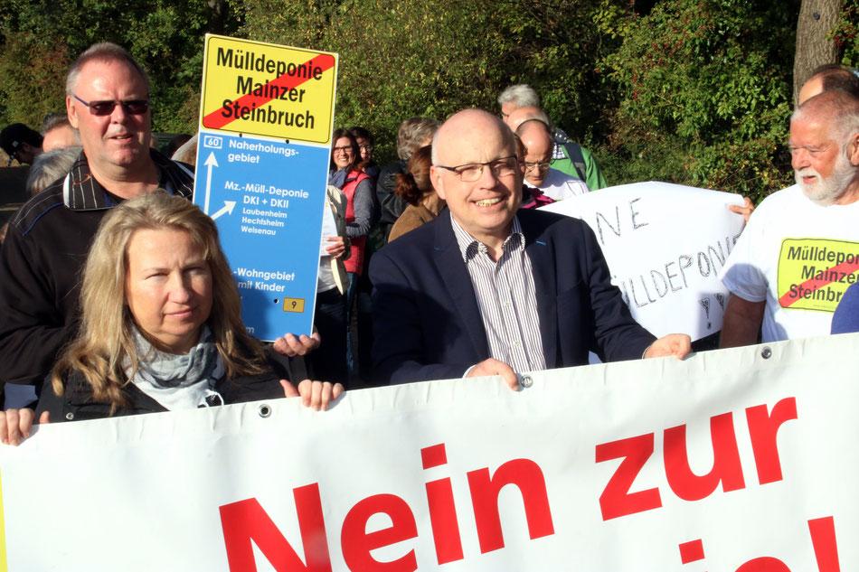 Zum Besuch des SWR bei der BI hatten sich viele Bürger mit Transparenten versammelt, auch Ralf Kehrein war dabei. Foto: Helene Braun