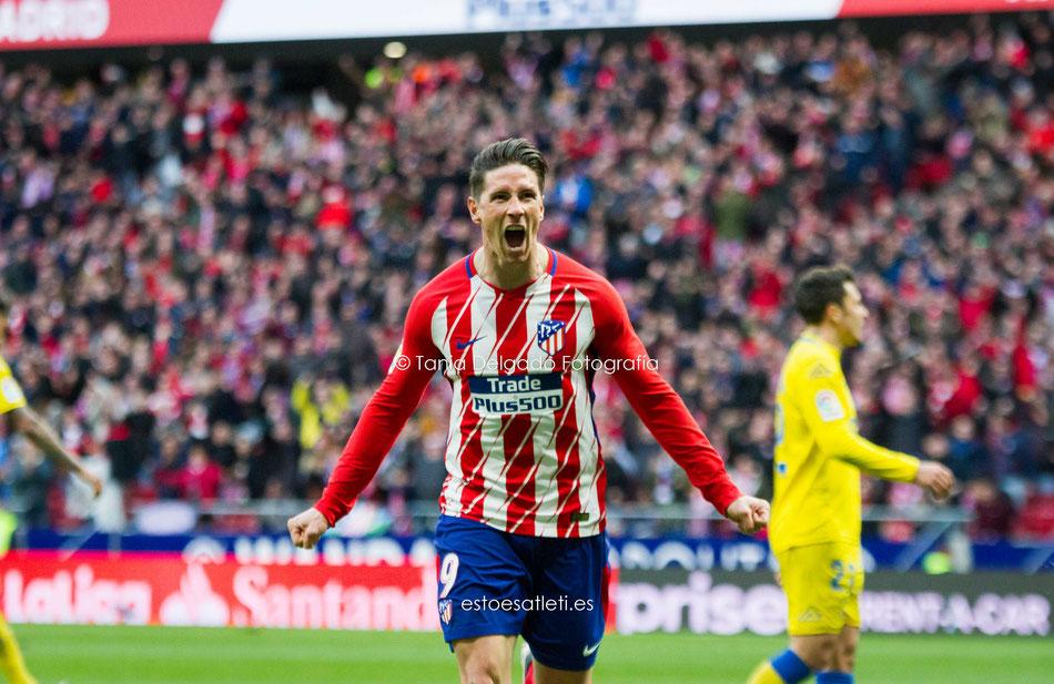 Godín, jugador del Atlético de Madrid, celebrando su tanto ante el Barcelona. Gol que vale una Liga. Temp 13-14. Fotografía deportiva.
