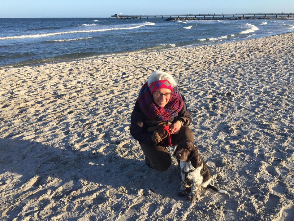 Irmi mit dem kleinen Stevie am Strand, Foto: Stender