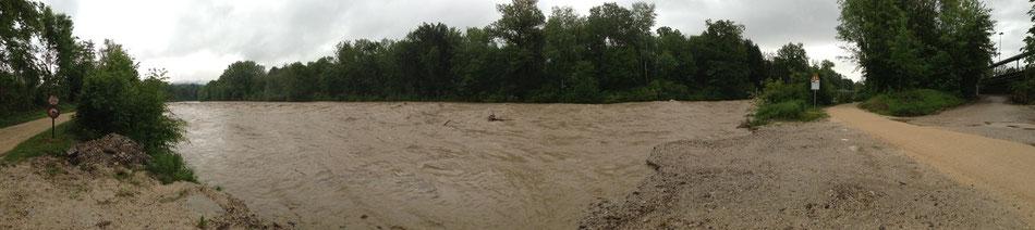 Normalerweise gibt es hier ein Uferbord, dass ca. 3 Meter hoch ist - davon sieht man zur Zeit nichts!