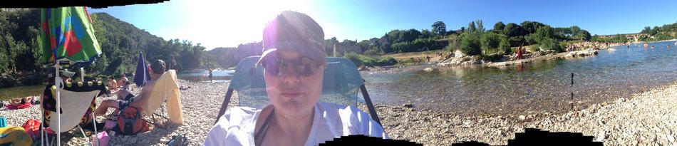 Sonnenallergikerin Mo eingepackt im Shirt und Mützchen vor dem schönen Fluss Gardon