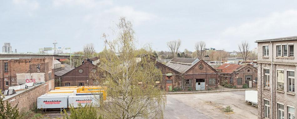 Blick aus dem Kölner CG Gruppe Büro auf Gebäude 9, Zoobrücke, Waggonhallen mit Schwebebahnhalle