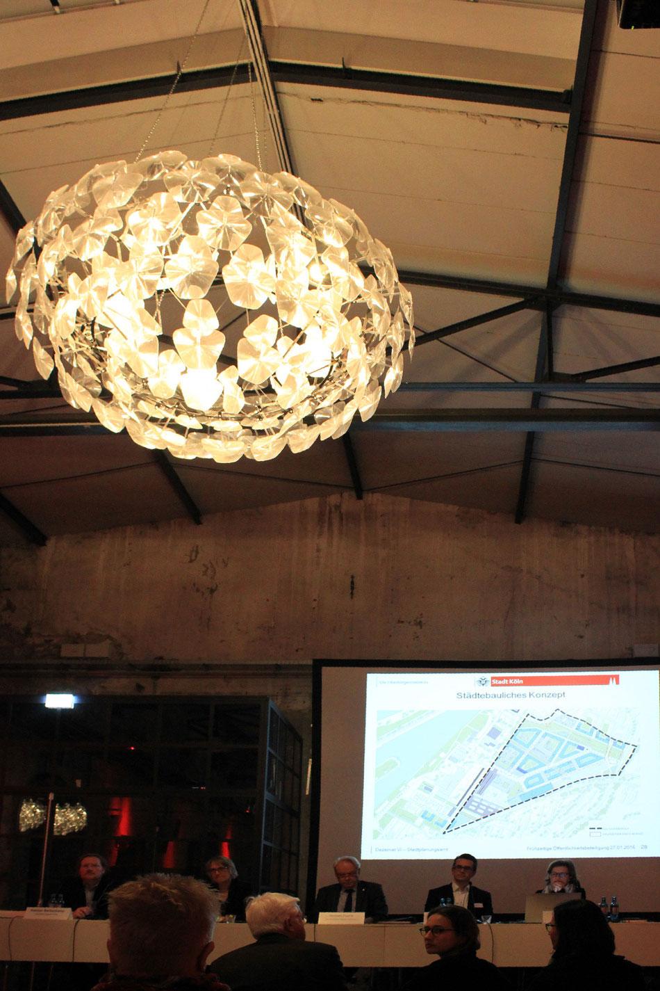 Stadtplanungsamt, Bezirksbürgermeister Norbert Fuchs, Stadtplaner und Architekten stellen die Planung vor.