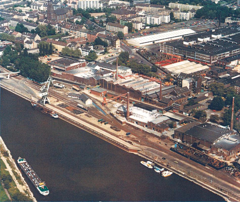 Das Luftbild vom Mülheimer Hafen um 1980 zeigt das Lindgens-Areal. Der Hafenkran wurde im Dezember 2004 demontiert. Archiv Lindgens & Söhne.