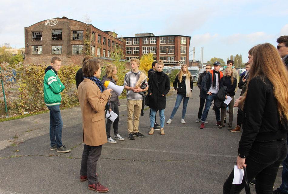 Raven Rusch von icon-design führt Studenten der Universität Amsterdam durch Mülheim Süd
