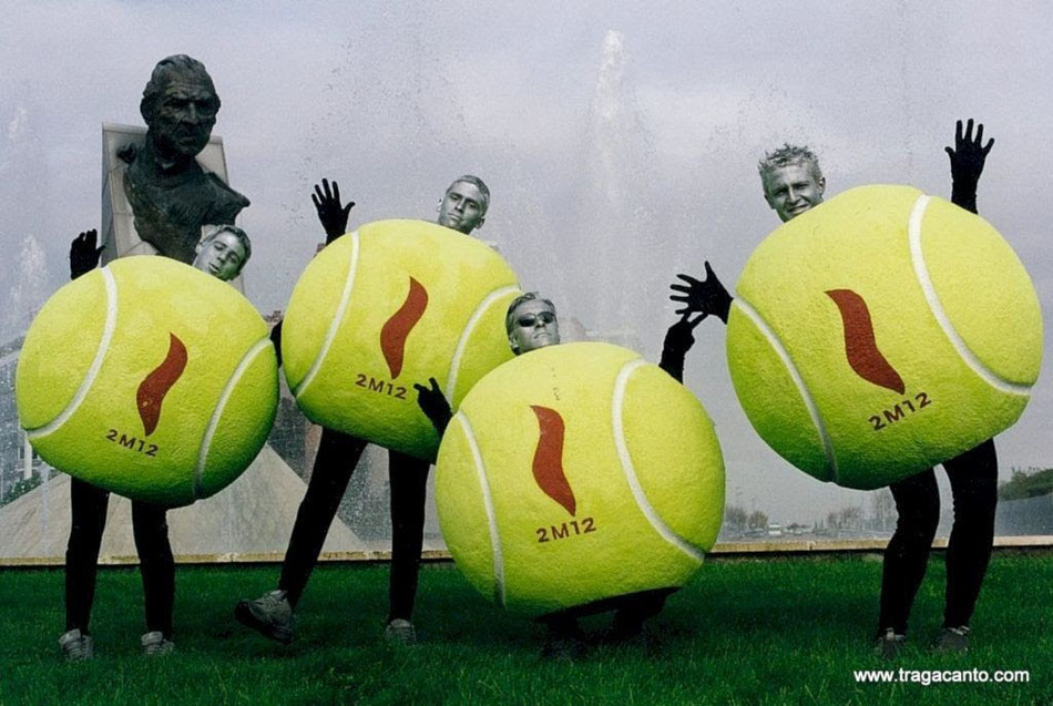 Pelotas de tenis gigantes, reclamo competición deportiva