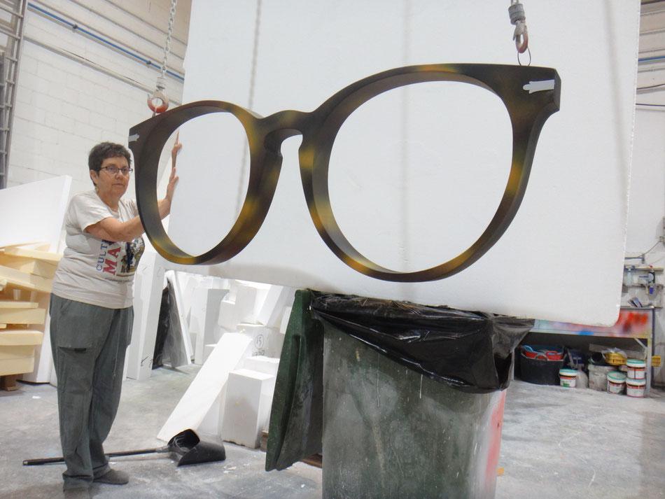 Reclamo para un escaparate: gafas gigantes para una Óptica