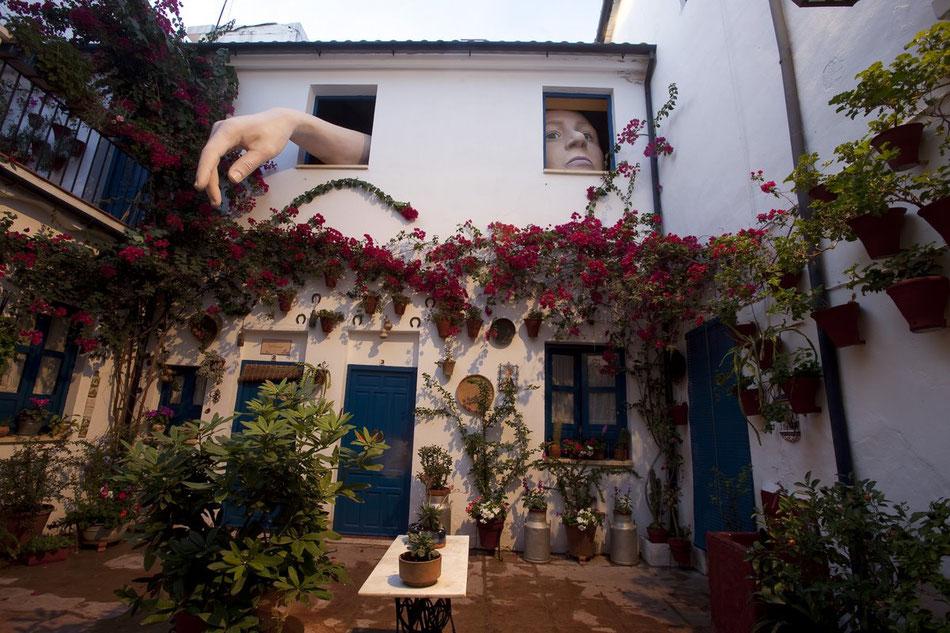Alicia (en el Pais de las Maravillas) gigante, en un patio de Granada.