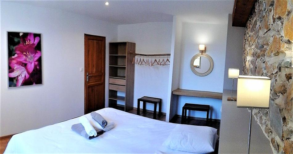 La chambre taupe avec son porte-cintre en bois flotté et sa coiffeuse : lit king size 180x200 ou 2 lits individuels 90x200