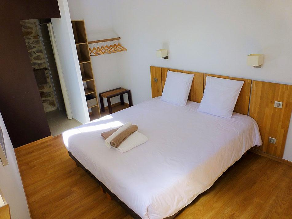La chambre parentale, avec salle d'eau privative (douche à l'italienne) et lit king size en 200x180