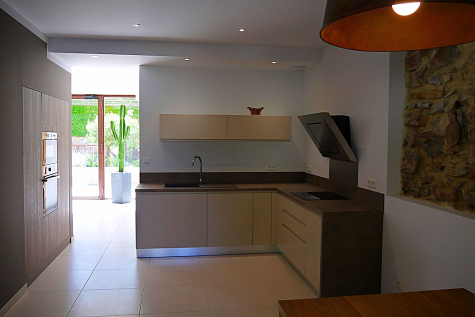 La cuisine est toute équipée : lave-vaisselle, plaques induction, four traditionnel et micro-ondes, couverts, poêles et casseroles, etc...