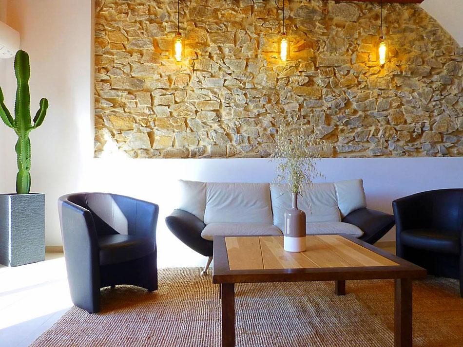 Un canapé en cuir (et une table en chêne massif) pour votre plus grand confort