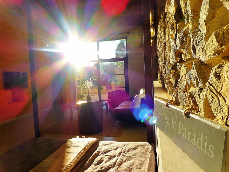 Un grand salon lumineux avec une méridienne (200x120cm) idéale pour la sieste et la détente
