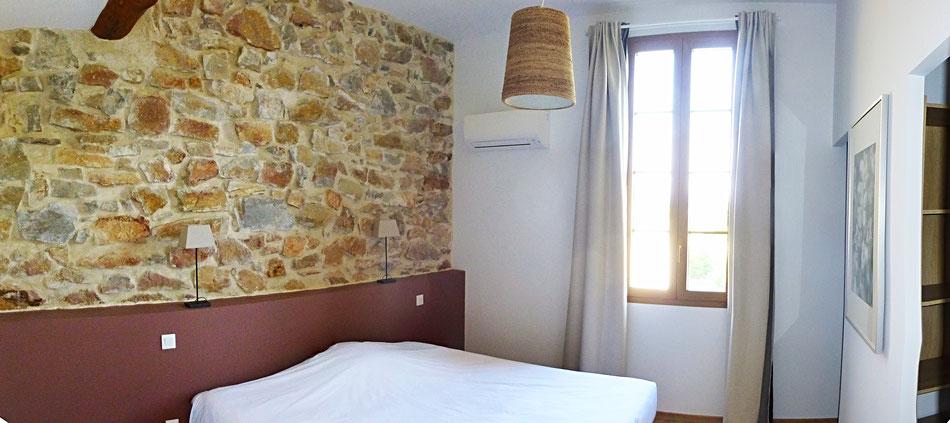 La chambre lie-de-vin, qui donne sur le patio et au loin les contreforts de la montagne noire : lit king size 200x180 ou 2 lits indépendants 200x90
