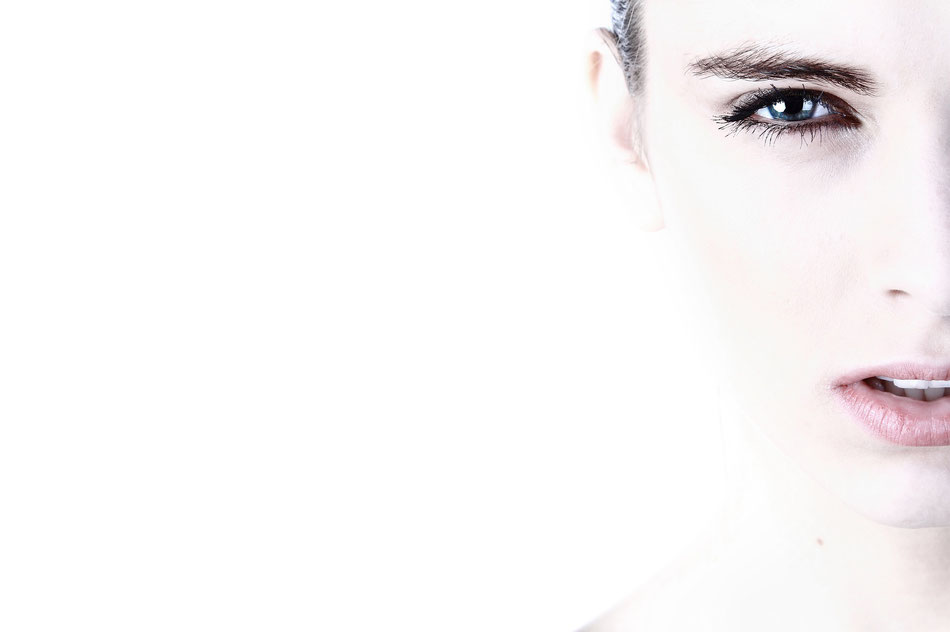 Viso di ragazza con sfondo bianco