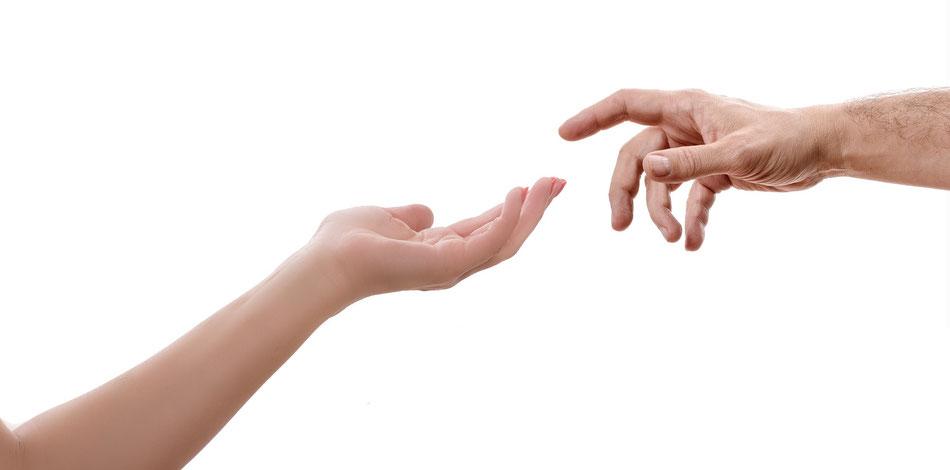 Due mani che si stanno per sfiorare