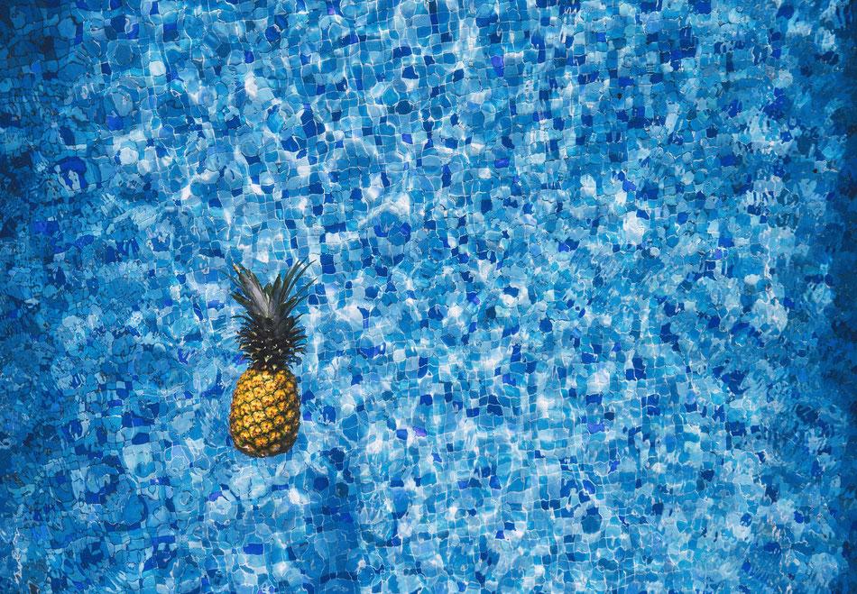 Ananas che galleggia in una piscina
