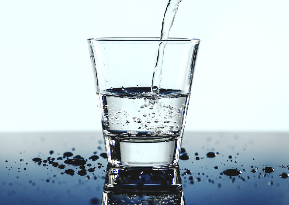 Bicchiere di acqua che viene riempito
