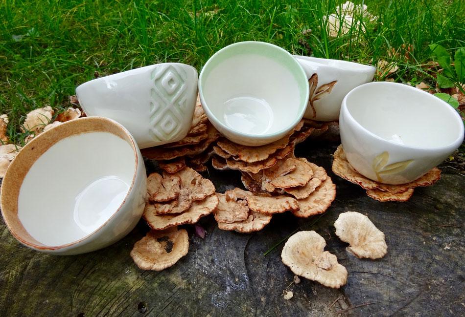 Foto di gruppo di tazze artigianali in porcellana.