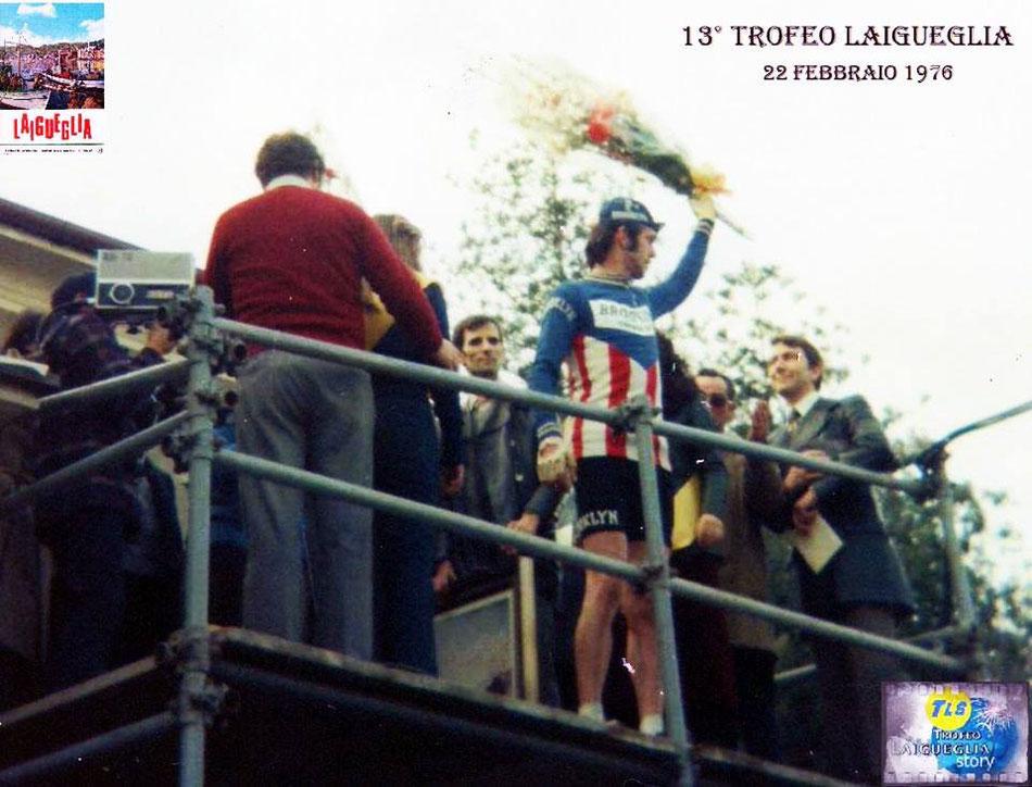 Foto courtesy: Archivio TLS, Roger De Vlaeminck viene premiato sul podio, solo più tardi sarà squalificato. La vittoria sarà assegnata a Franco Bitossi 2° al traguardo.