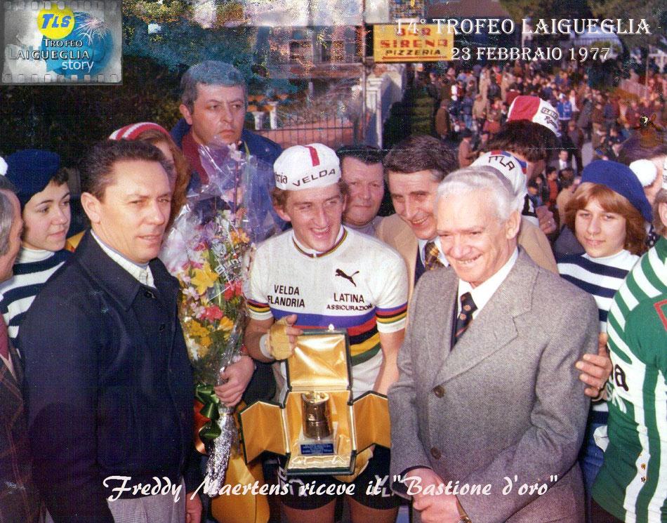 """Foto courtesy: Angelo Marchiano. Il campione del mondo Freddy Maertens vincitore del 14° Trofeo Laigueglia nel 1977 viene premiato dallo stesso Marchiano con il """"Bastione d'oro""""."""