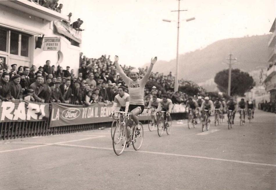 L'arrivo vittorioso di Marino Vigna a mani alzate davanti a Galbo e Taccone.                                              Courtesy Foto Ciccio Archivio TLS