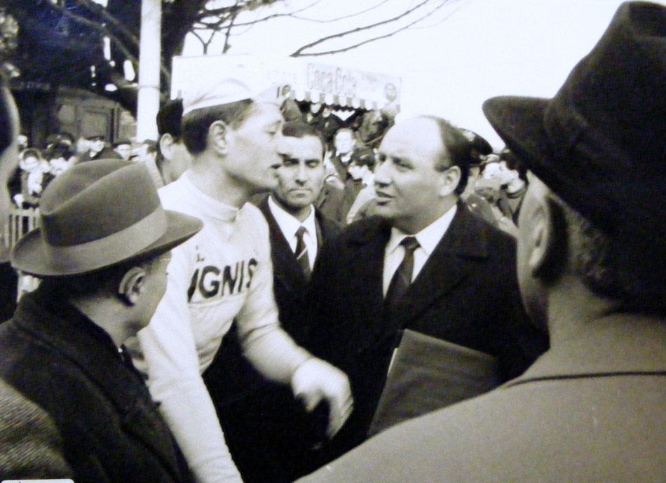Marino Vigna subito dopo il traguardo viene attorniato da fotografi e giornalisti. Foto courtesy: Archivio TLS