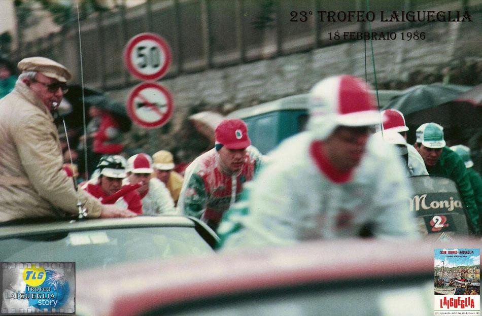 Foto courtesy: Roberto Schiavon archivio TLS, partenza della 23° edizione del Trofeo Laigueglia. In primo piano sulla sx. il direttore di corsa ...mitico Pieri Bassano da Alessandria.