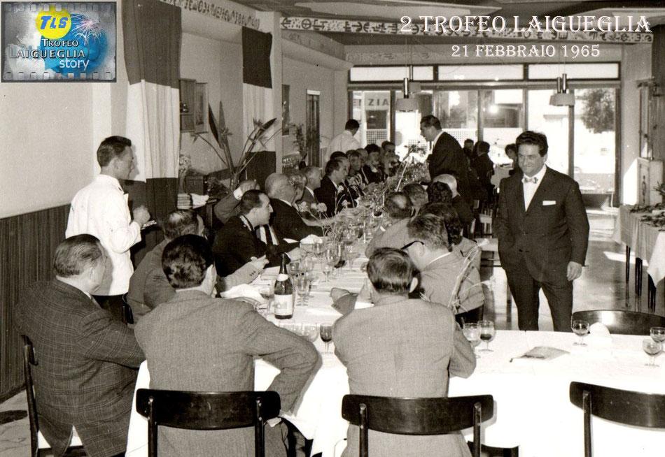 """Foto courtesy: Angelo Marchiano. Il mitico patron Pino Villa in piedi """"controlla"""" che tutto vada bene al pranzo in onore della stampa alla vigilia della 2° edizione del Trofeo."""