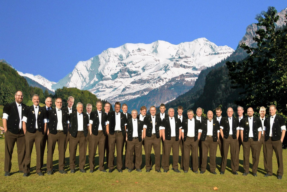 Jodlerklub Blüemlisalp Scharnachtal 2018 mit Blümlisalp als Hintergrund