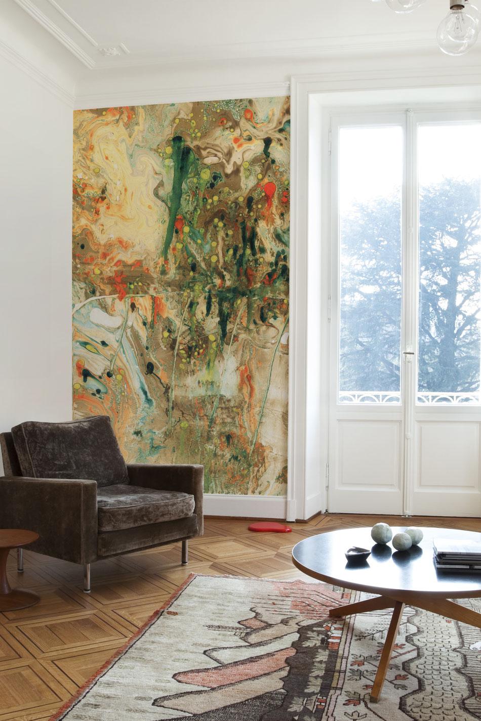 Tapete Suminagashi No 3 - Raumbild mit großem Fenster, Sessel und Tisch