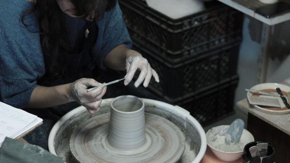 Mariana Filipe, Werkstatt Lissabon, an der Töüferscheibe
