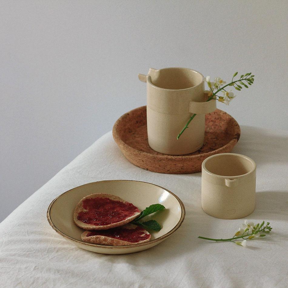 Teller, Teetasse und ein kleiner Krug, Keramik von Mariana Filipe, Lissabon - MALGA Ceramic Design