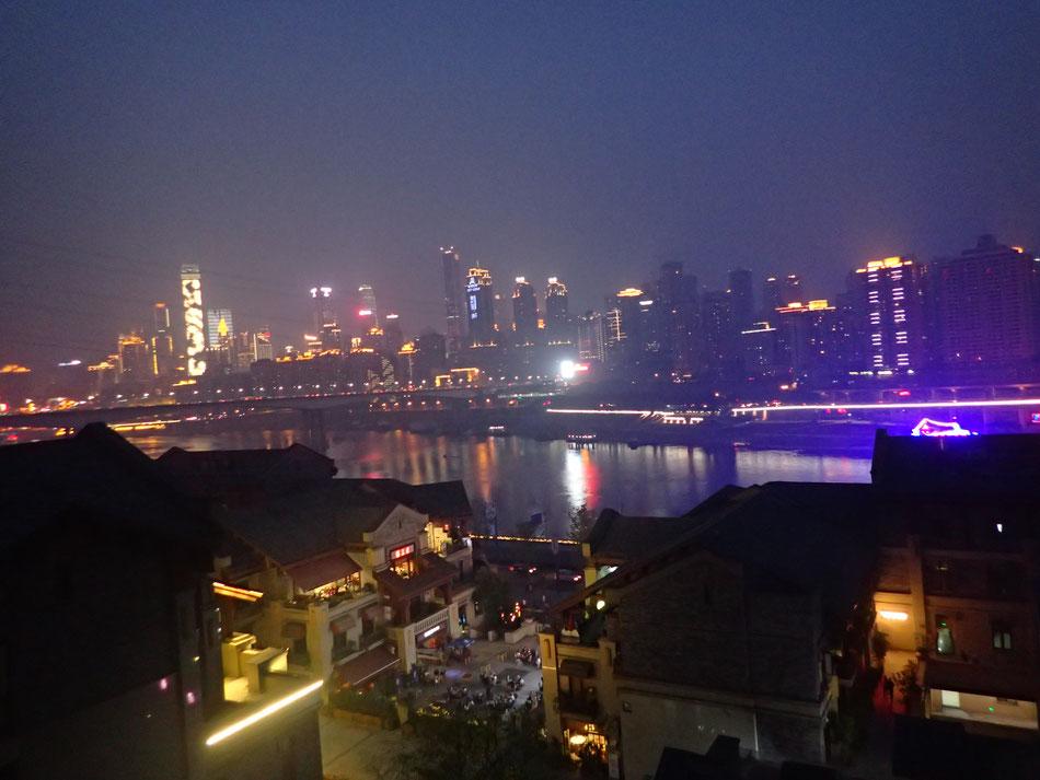 Chongquing bei Nacht aus unserem Hotelzimmer