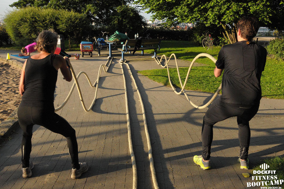 "foto: dockfit altona fitness Personal-Trainer bootcamp hamburg training fitnessexperten hamburg dockland battle ropes outdoor training sat1 ""neue 8 Wochen"""