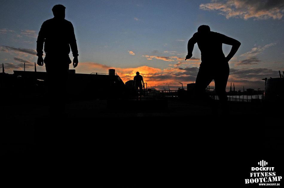Sandsack triathlon stadtpark dockfit altona fitness Personal-Trainer bootcamp hamburg training fitnessexperten hamburg dockland battle ropes outdoor training Burpees overhead  2017 abnehmen Gewichtsreduktion outdoor Montag Mittwoch Altonaer-Balkon Sixpac