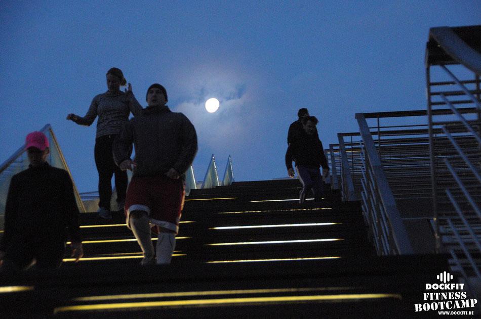 foto: dockfit altona fitness Personal-Trainer bootcamp hamburg training fitnessexperten hamburg dockland battle ropes outdoor training Hindernisse 20er