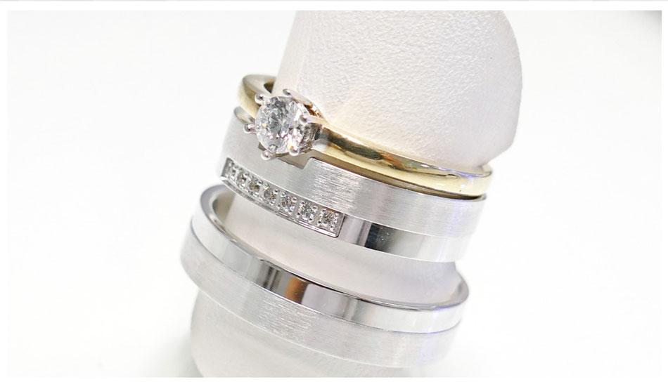 Trauringe aus Platin und Diamanten kombiniert mit einem Vorsteckring aus Gelbgold mit Solitär_Dürkheimer Schmuckoase