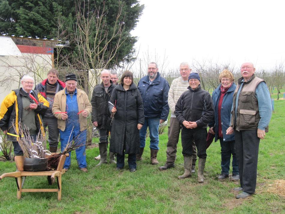 Malgré la pluie, une quinzaine de participants à l'atelier greffes à l'anglaise du 13 février 2106 au verger ont le sourire!