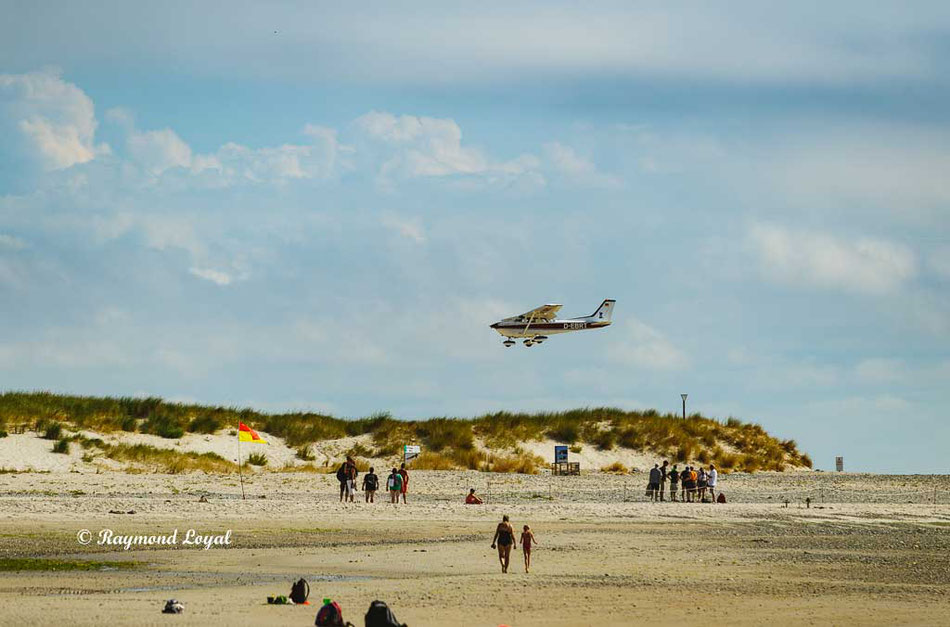 Plane approaching the small airport at the dune.