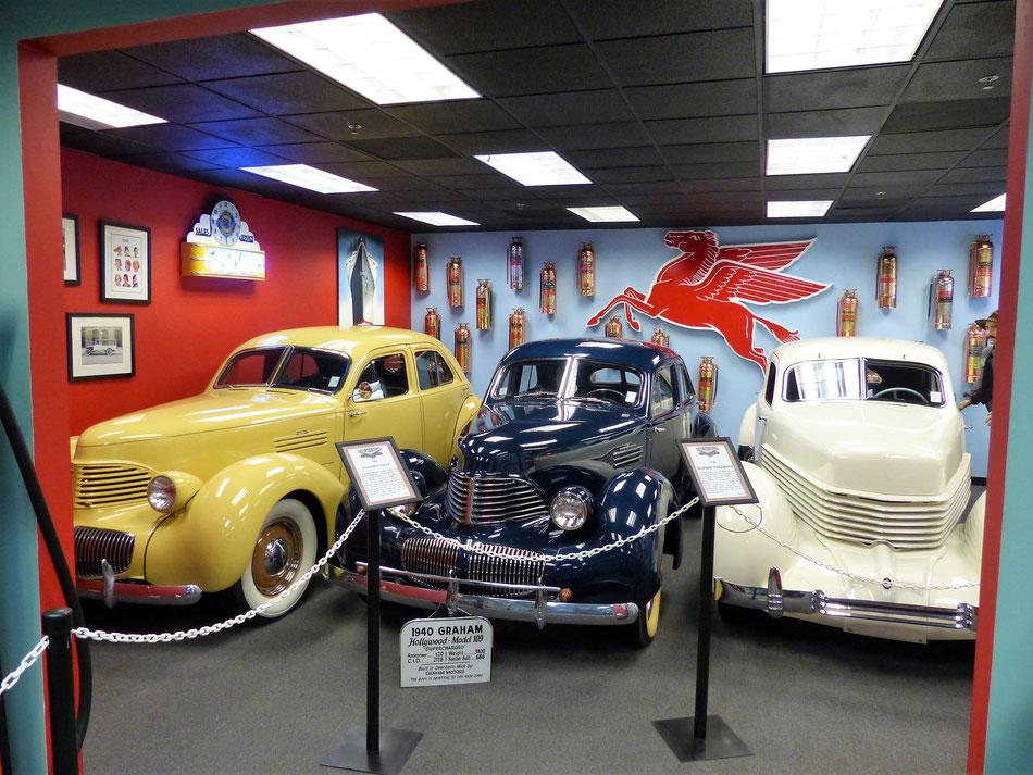 Hupmobile, Graham-Paige und Cord im Deezer-Museum in Miami/USA - die Ähnlichkeiten sind nicht zufällig. Der Cord (rechts) ist das älteste Auto, die anderen tragen nur seine Karosserie auf! (ausgestellt in der Deezer Collection Miami/USA)