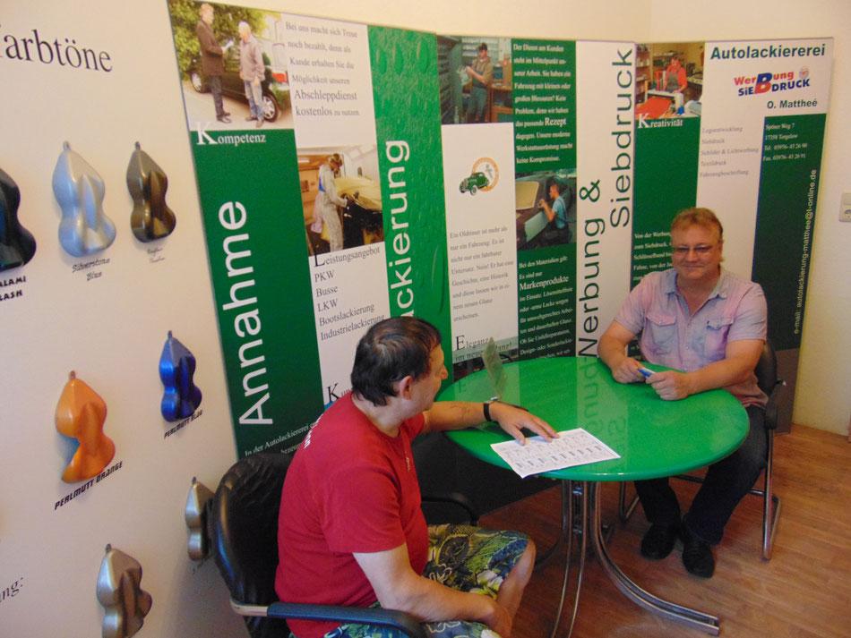 Olaf Matthee Autolackiererei berät seine Kunden in Torgelow