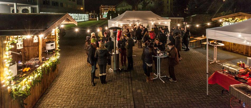 Gemütlicher Weihnachtsmarkt mit hellen Lichtern