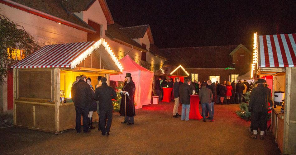 Gemütlicher Weihnachtsmarkt mit geschmückten Hütten