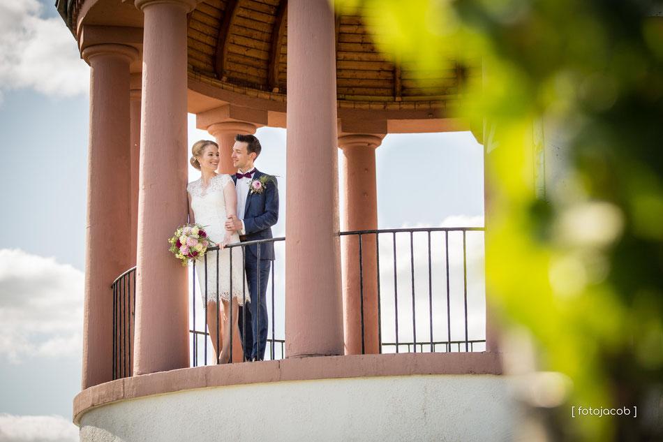 brautpaar steht im deideheimer tempel auf der haardt in neustadt weinstrasse