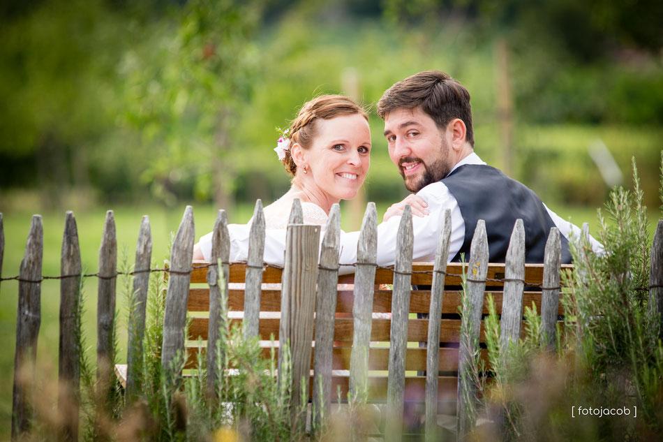 brautpaar auf gartenbank-hofgut ruppertsberg