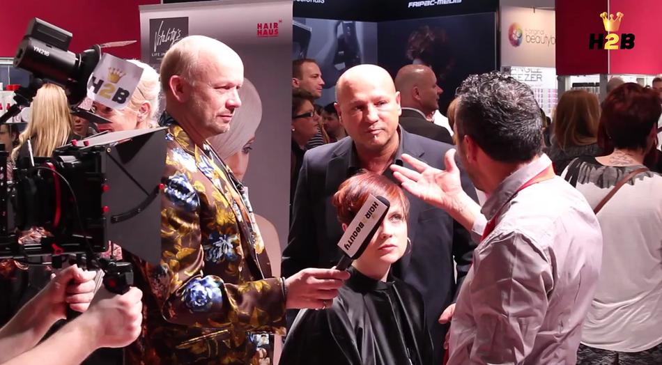 Interview auf der TOP HAIR Messe. Gesprächspartner: italienischer Topakteur mit Dolmetscher. Thema: was ist Trend.