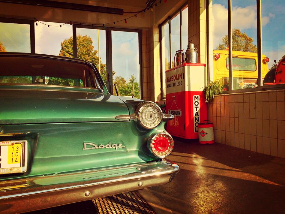 Dodge in der späten Nachmittagssonne an der Hamburger Oldtimer Tankstelle.